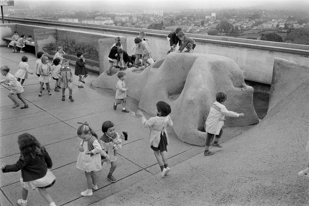 LE CORBUSIER children playing on the roof terrace.